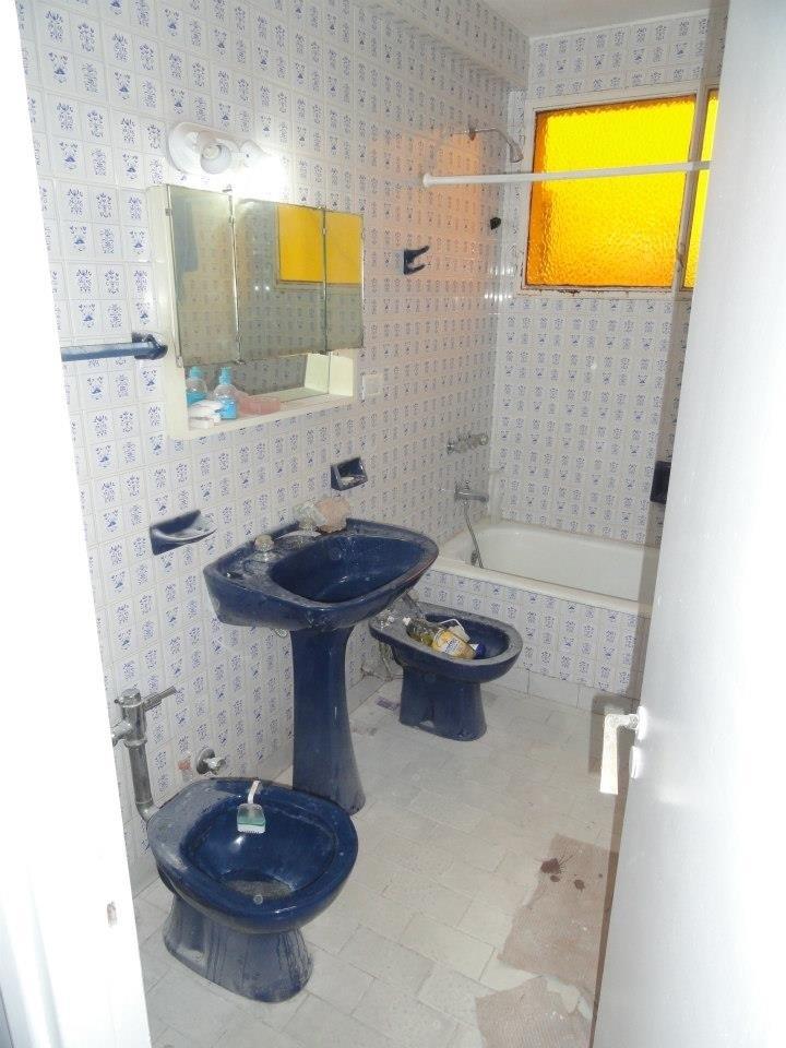 Baño Debajo De Escalera Con Ducha:ocupando uno de los lados debajo de un amplio ventanal