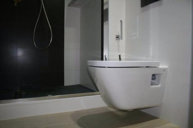 Reforma Baño Donosti:Precioso #baño con inodoro suspendido