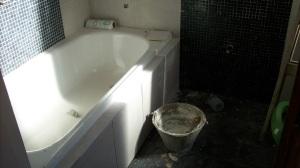 081 - Reforma de dos baños con gresite de vidrio.