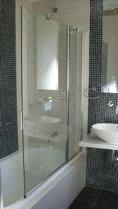 101 - Reforma de dos baños con gresite de vidrio.