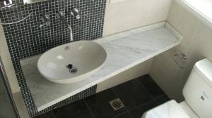 111 - Reforma de dos baños con gresite de vidrio.