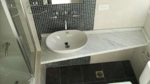 151 - Reforma de dos baños con gresite de vidrio.