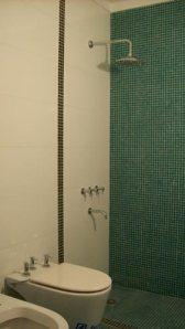 16 - Reforma de dos baños con gresite de vidrio.