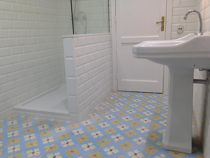 Ba os con azulejos hidraulicos for Azulejos suelo bano