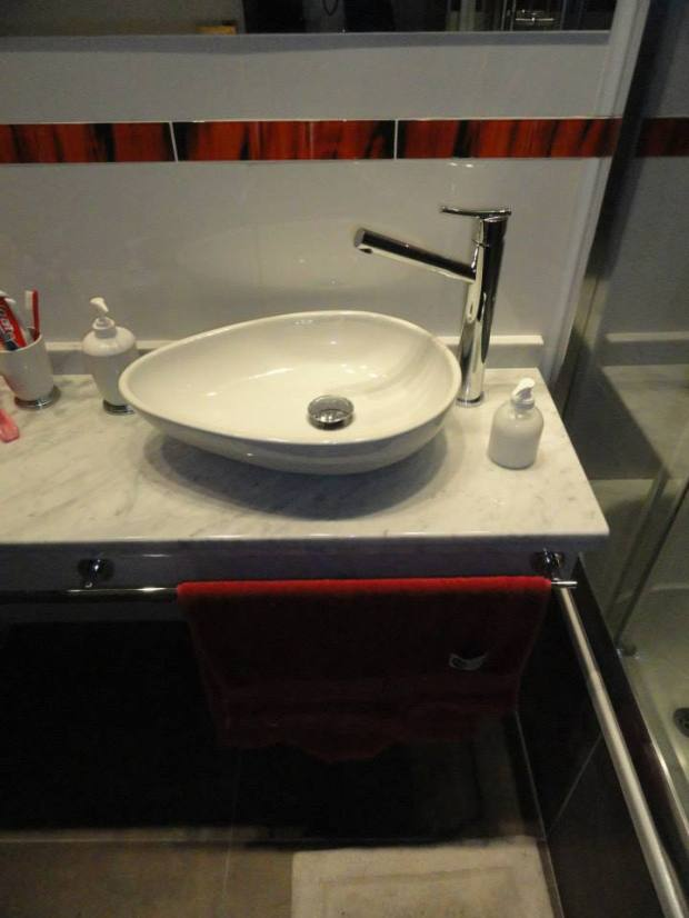 Baño Blanco Con Rojo:Baño rojo, blanco y gris con bañera