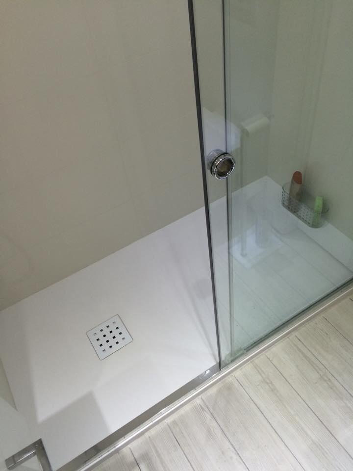 Quitar Azulejos Baño:Quitar la bañera y colocar un plato de ducha