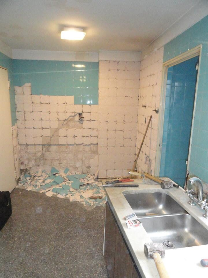 picando las paredes de la cocina