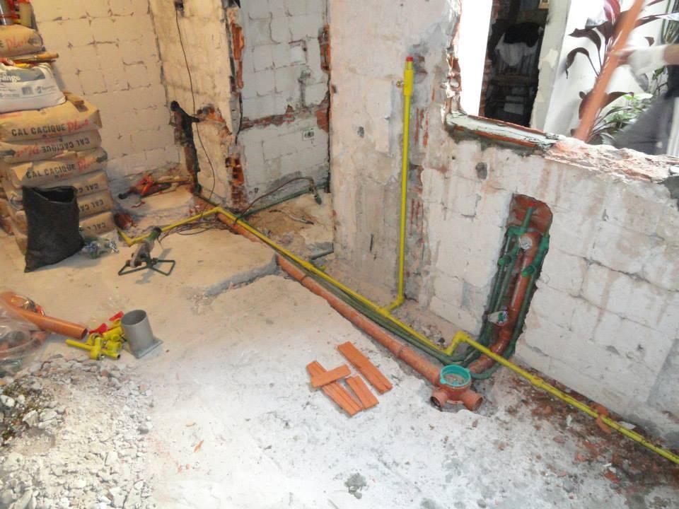 cambiando la instalación de fontanería de la cocina