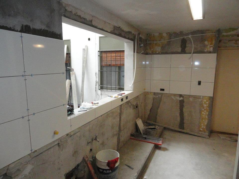 azulejando las paredes de la cocina