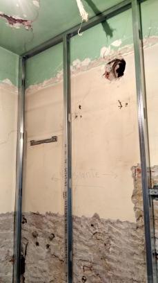 Perfiles aluminio en paredes para instalar pladur